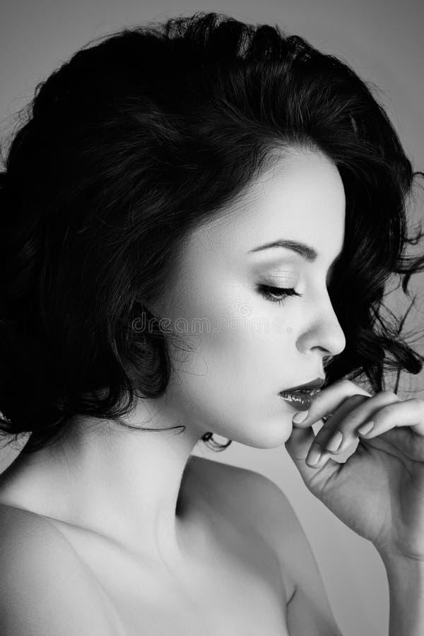 Opinião lateral do close up a mulher pensativa bonita nova fotografia de stock