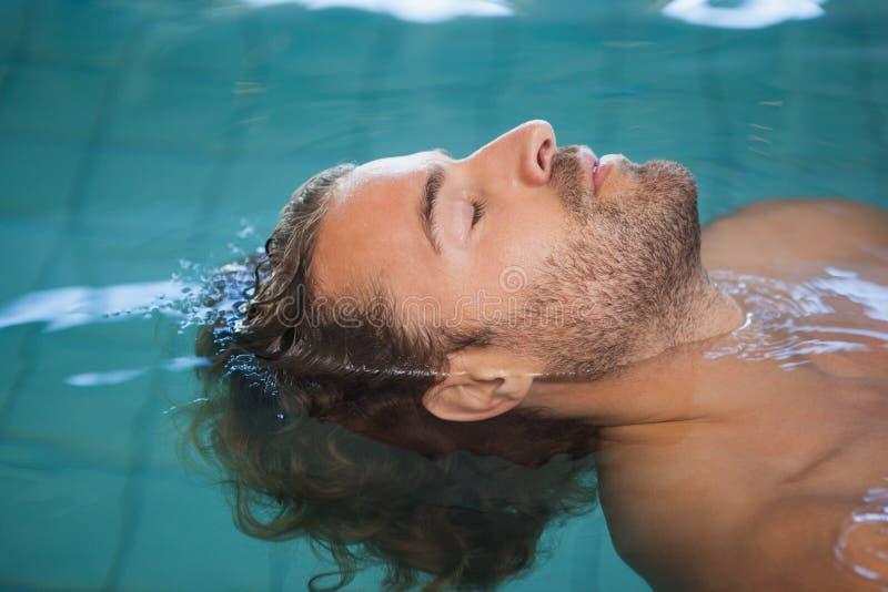 Opinião lateral do close-up um nadador do ajuste na associação foto de stock