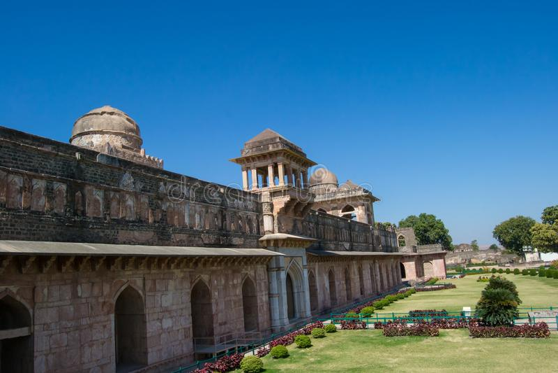 Opinião lateral histórica de Jahaz Mahal do palácio do navio de Mandav fotografia de stock royalty free