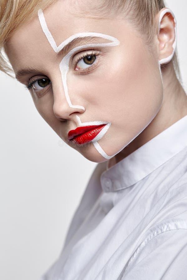 opinião lateral a jovem mulher bonita Fêmea com um paintin criativo incomum da cara da composição fotos de stock