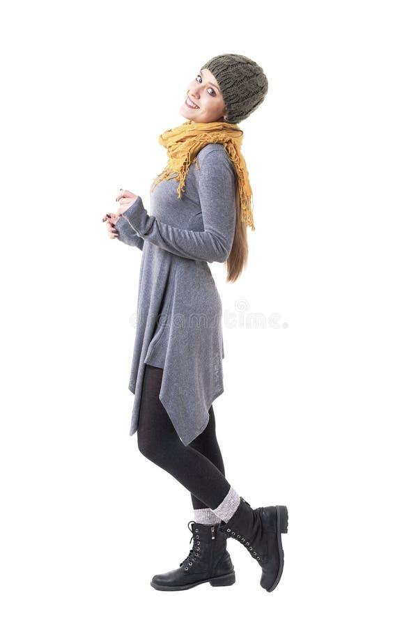 Opinião lateral a menina original de sorriso feliz do moderno do estilo com xaile e levantamento felpudo do tampão imagens de stock