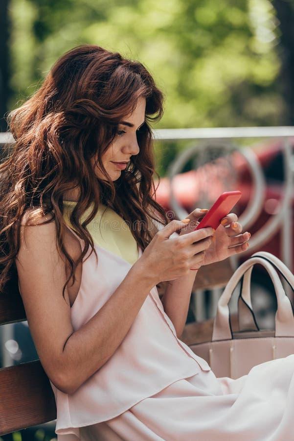 opinião lateral a mulher à moda nova imagem de stock