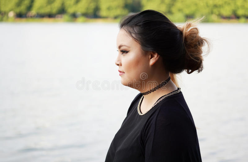 Opinião lateral a mulher asiática nova fotos de stock