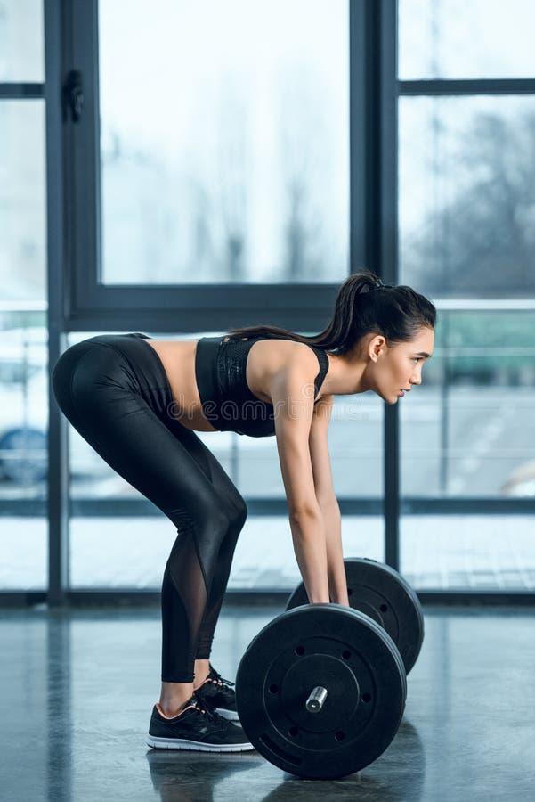 opinião lateral a mulher atlética nova imagem de stock royalty free