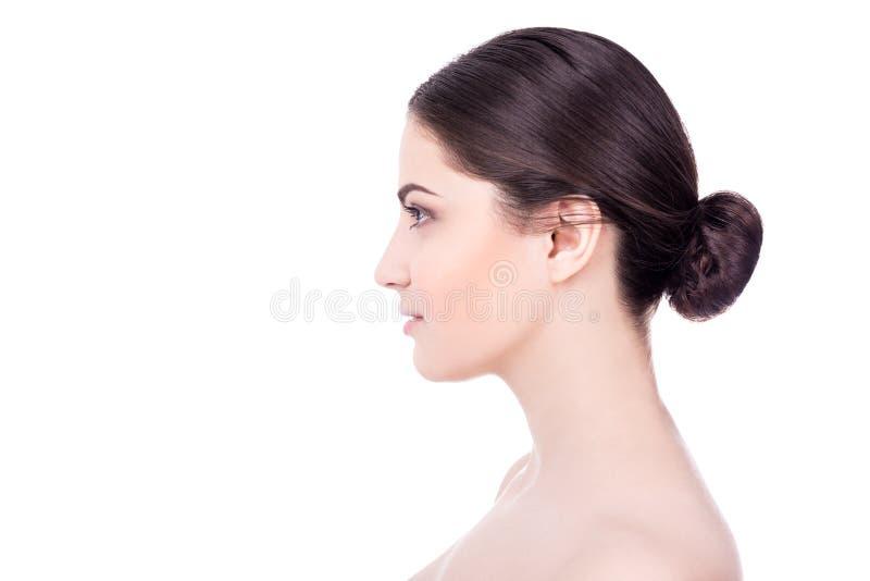 Opinião lateral a mulher bonita com a pele perfeita isolada no branco fotos de stock royalty free