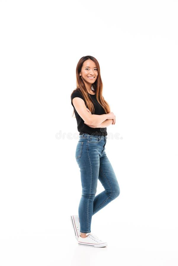 Opinião lateral a mulher consideravelmente chinesa dos jovens no tshirt e no brim pretos fotos de stock royalty free