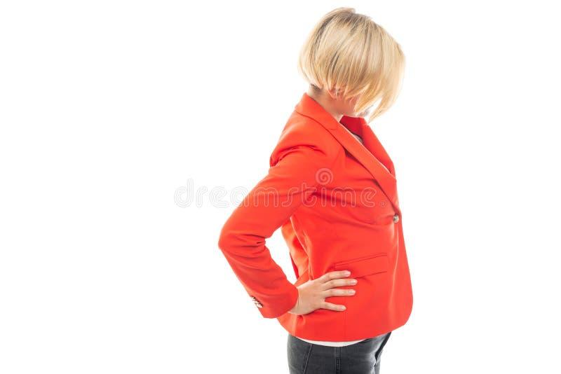 Opinião lateral a mulher de negócio bonita que mostra o gesto da dor nas costas imagens de stock royalty free