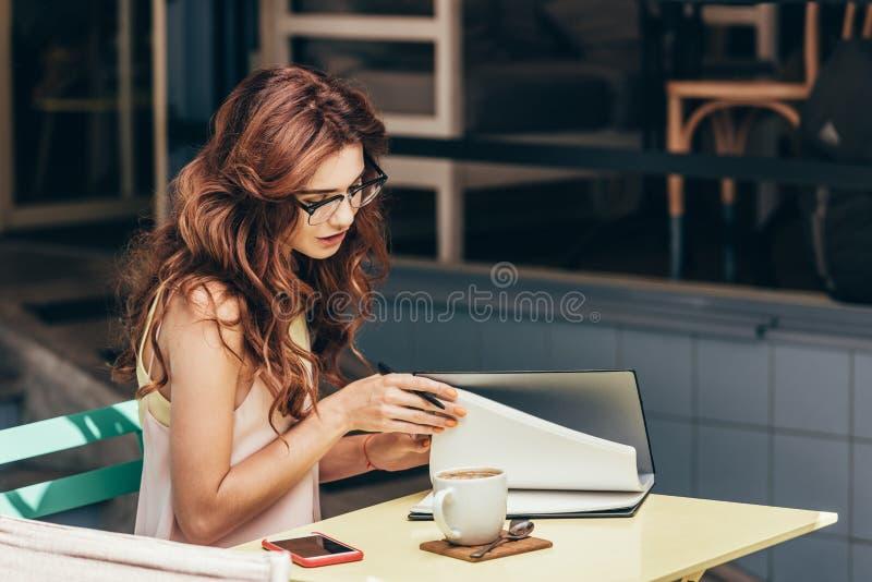 Opinião lateral a mulher de negócios nova fotografia de stock royalty free
