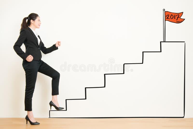 Opinião lateral a mulher de negócios que escala as escadas do desenho imagem de stock royalty free