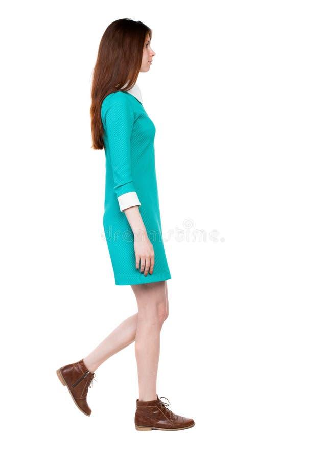 Opinião lateral a mulher de passeio no vestido imagens de stock royalty free
