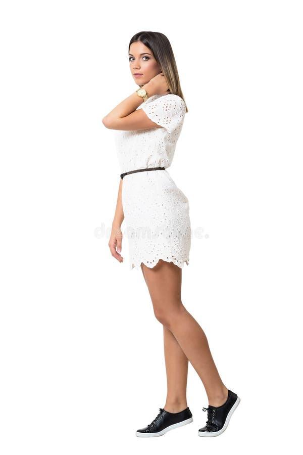Opinião lateral a mulher delicada lindo no vestido do laço que olha a câmera fotos de stock royalty free