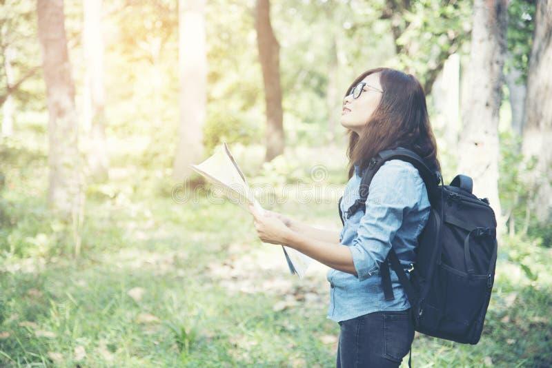 Opinião lateral a mulher do viajante que procura a direção certa no mapa imagens de stock royalty free