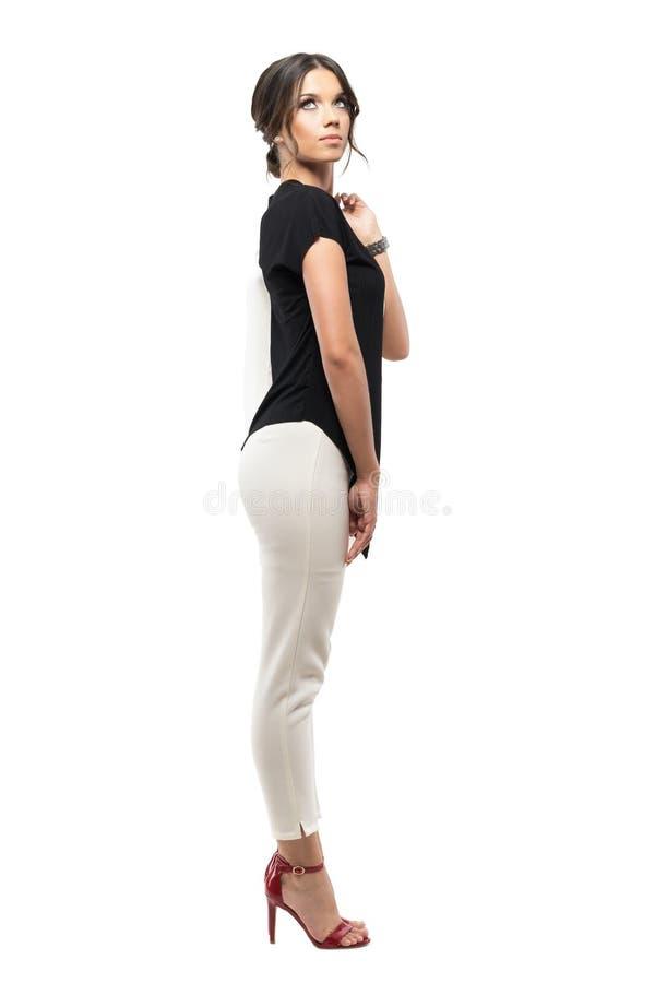 Opinião lateral a mulher incorporada elegante no revestimento levando do terno e vista acima pensativo imagens de stock royalty free