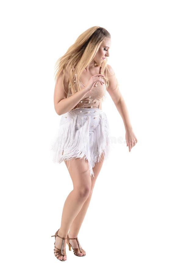 Opinião lateral o dançarino profissional da mulher do latino na ação que veste o traje franjado do vestido fotografia de stock