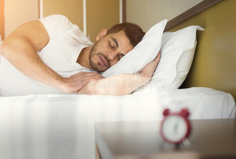 Opinião lateral o homem considerável que dorme na cama fotos de stock
