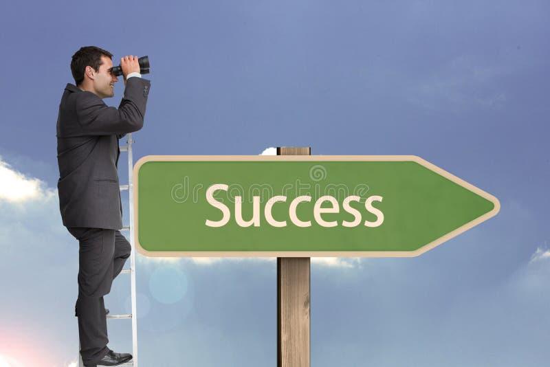 A opinião lateral o homem de negócios que usa binóculos ao estar na escada por succees text no aga da placa do sinal foto de stock royalty free