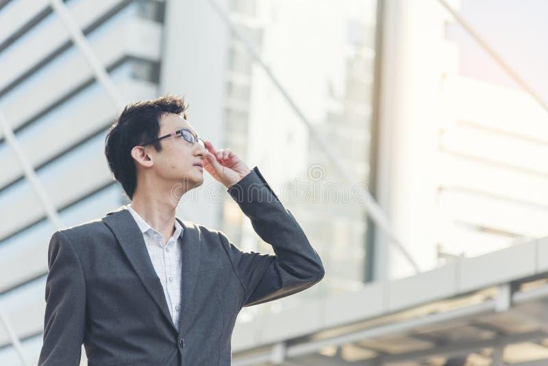 Opinião lateral o homem de negócios seguro esperto que está para fora o olhar no futuro brilhante imagens de stock royalty free