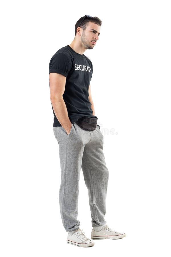 Opinião lateral o leão-de-chácara duvidoso sério no sportswear que olha a distância imagens de stock