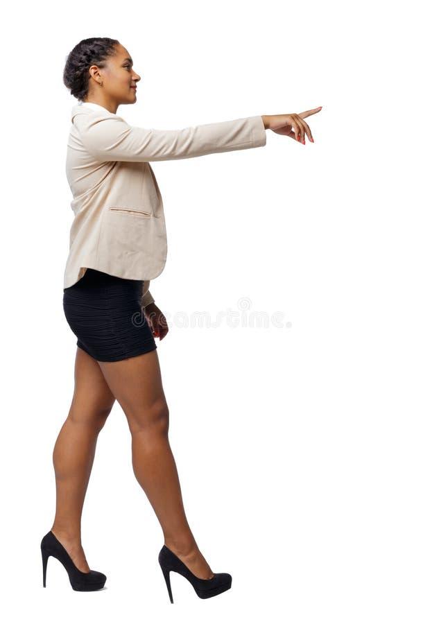 Opinião lateral um afro-americano preto em um terno que vá e aponte com sua mão fotos de stock royalty free