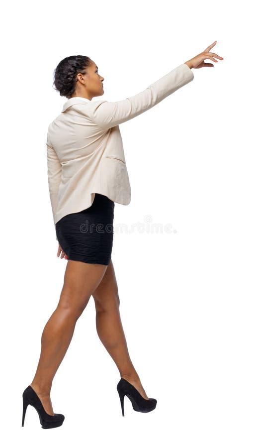 Opinião lateral um afro-americano preto em um terno que vá e aponte com sua mão fotos de stock