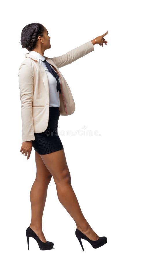 Opinião lateral um afro-americano preto em um terno que vá e aponte com sua mão fotografia de stock royalty free