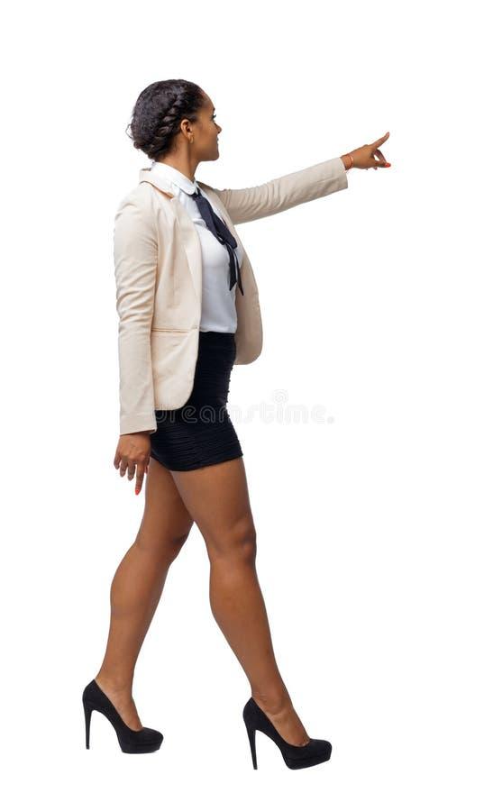 Opinião lateral um afro-americano preto em um terno que vá e aponte com sua mão imagens de stock royalty free