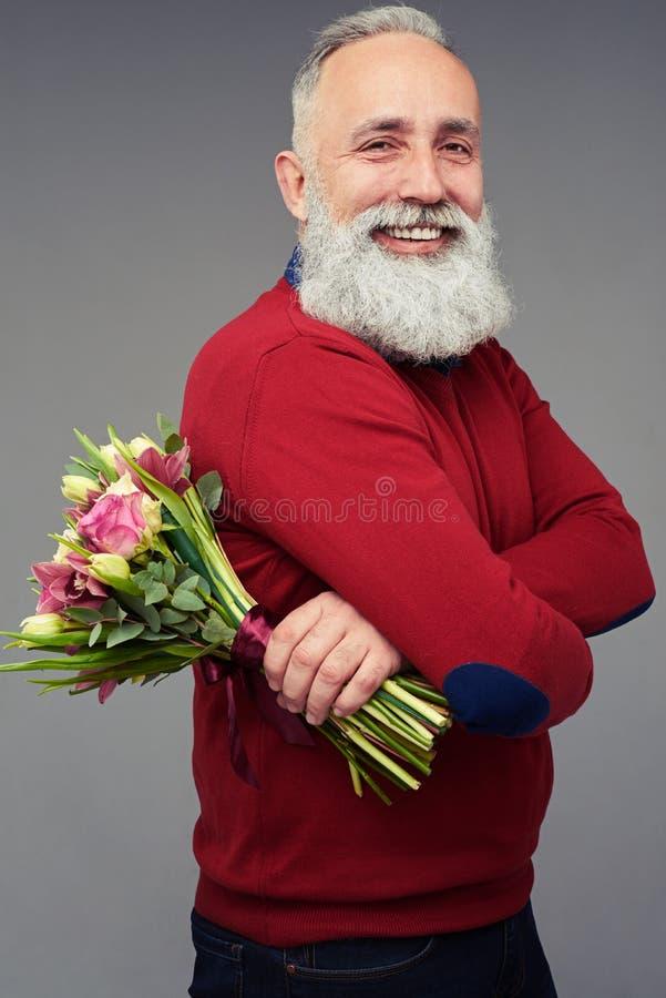 Opinião lateral um homem com um ramalhete colorido das flores fotos de stock royalty free