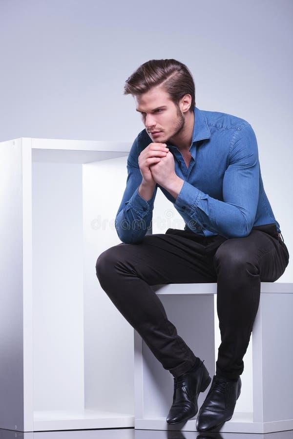 Opinião lateral um homem ocasional novo pensativo fotos de stock