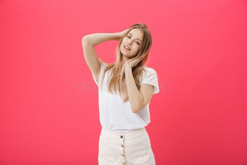Opinião lateral uma jovem mulher ocasional que olha longe da câmera imagens de stock