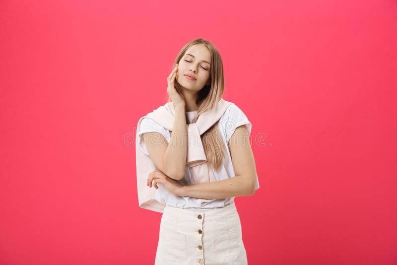 Opinião lateral uma jovem mulher ocasional que olha longe da câmera fotografia de stock royalty free