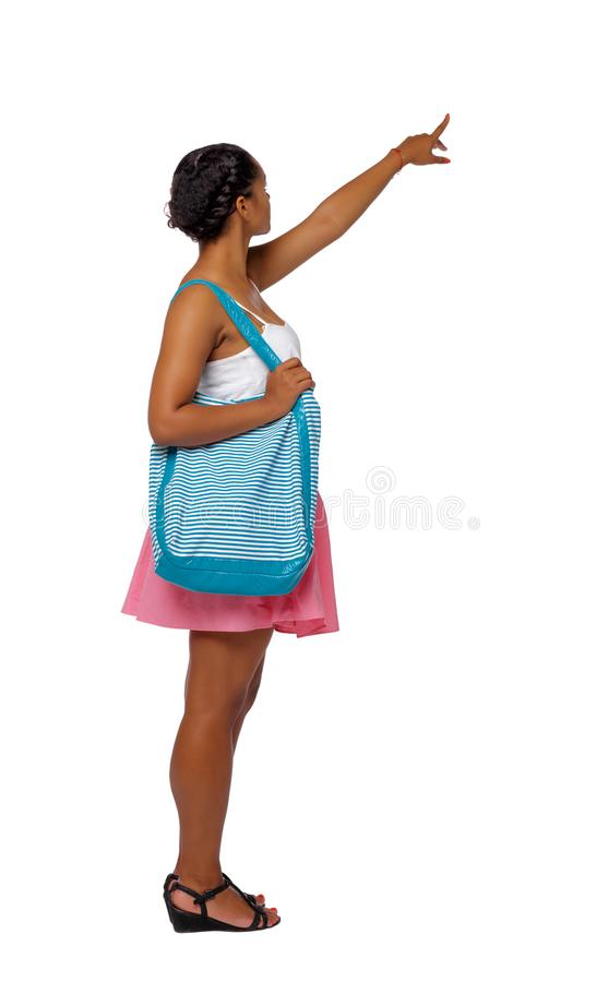 Opinião lateral uma mulher afro-americana com um círculo inflável que aponte a mão acima fotos de stock