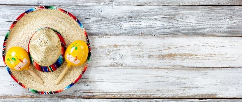 A opinião lisa da configuração Cinco De Mayo tradicional objeta no weat branco fotografia de stock