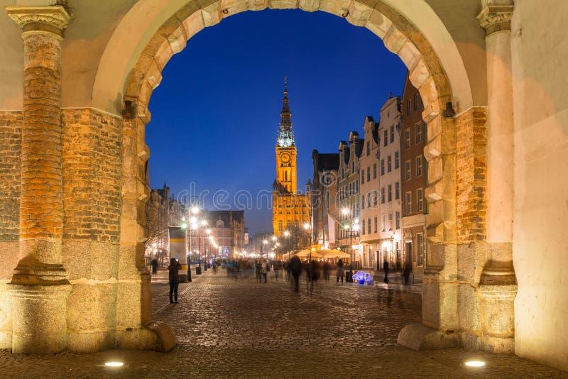 Opinião longa da pista da porta verde na cidade velha de Gdansk no crepúsculo, Polônia fotos de stock