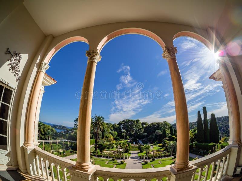 Opinião luxuosa do jardim do balcão da casa de campo de Rothschild fotografia de stock royalty free