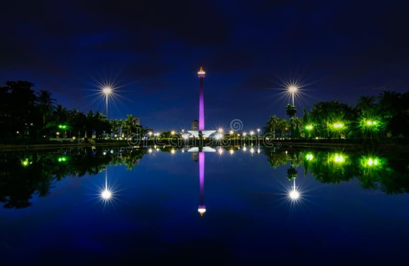 Opinião maravilhosa dos monas, Jakarta Indonésia da noite foto de stock royalty free