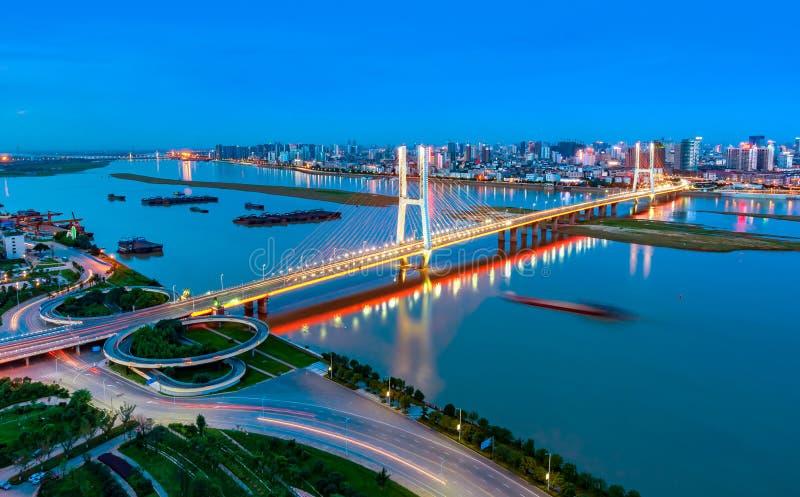 Opinião moderna da noite da ponte da cidade fotografia de stock royalty free