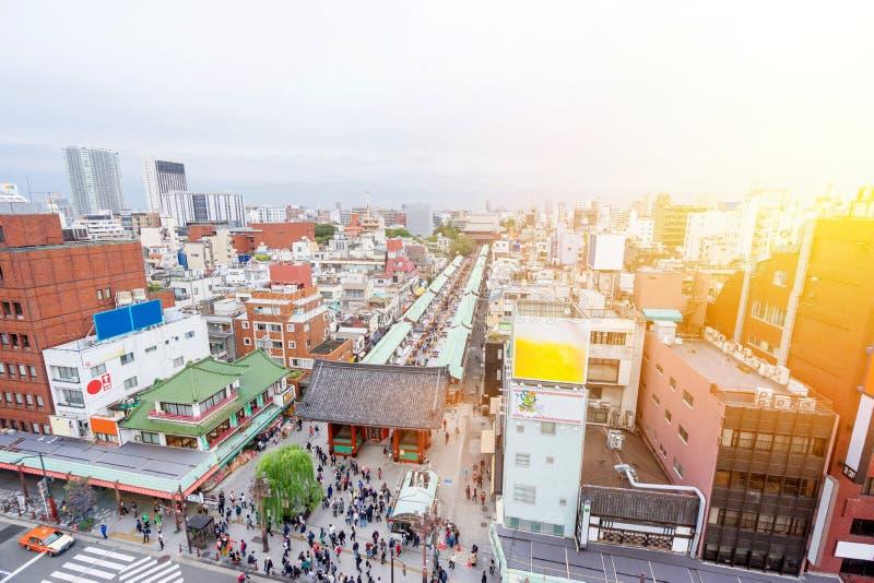 Opinião moderna da skyline da cidade de Anoramic com o santuário do templo de Sensoji-ji - distrito de Asakusa no Tóquio, Japão fotografia de stock royalty free