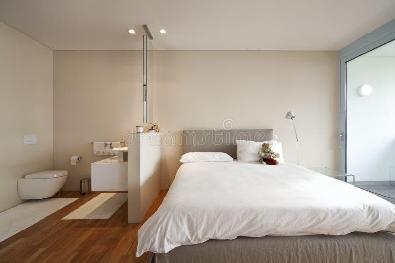 Opinião moderna do interior do apartamento imagens de stock royalty free