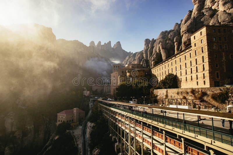 Opinião Monserrat Monastery com nuvens wispy imagem de stock