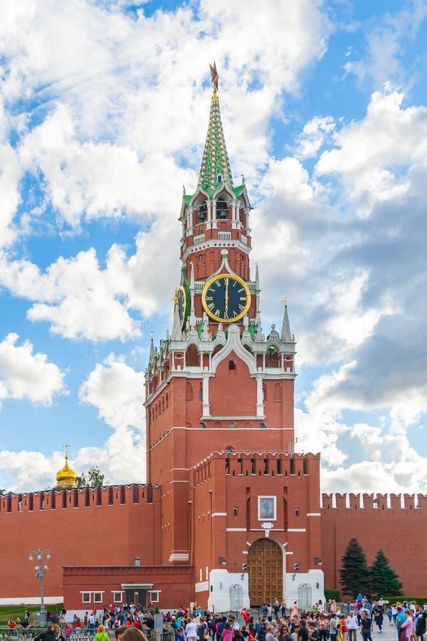 Opinião a multidão de turistas no quadrado vermelho na frente da torre de Spasskaya no editorial do Kremlin fotografia de stock