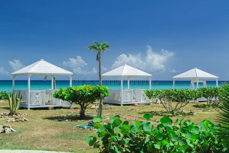 Opinião natural da paisagem com os gazebos lindos de convite bonitos da massagem perto da praia e do oceano fotografia de stock
