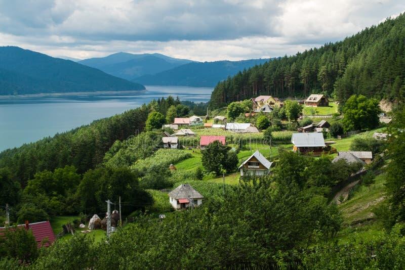 Opinião nebulosa da paisagem do lago Bicaz em Romênia foto de stock royalty free