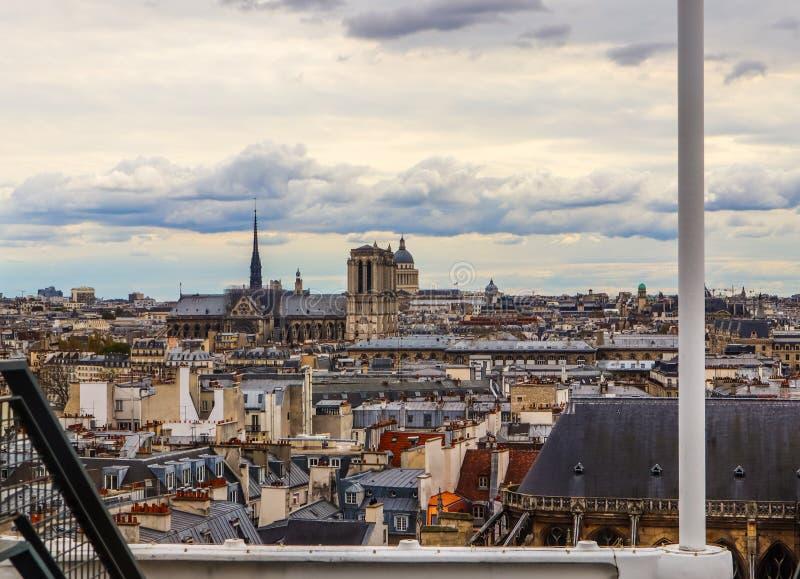 Opini?o Notre Dame Cathedral e a arquitetura da cidade do centro de Pompidou na primavera Antes do fogo 5 de abril de 2019 paris fotos de stock royalty free
