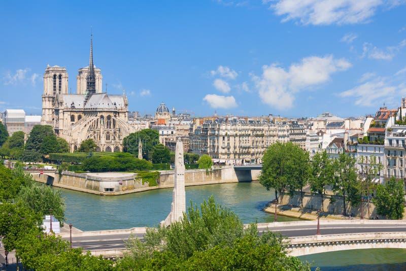 Opinião Notre Dame de Paris imagens de stock royalty free