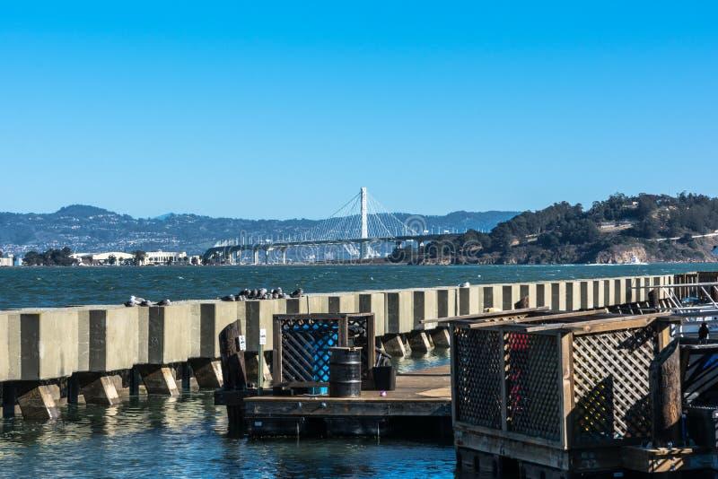 Opinião nova da ponte da baía do cais 39, San Francisco imagens de stock