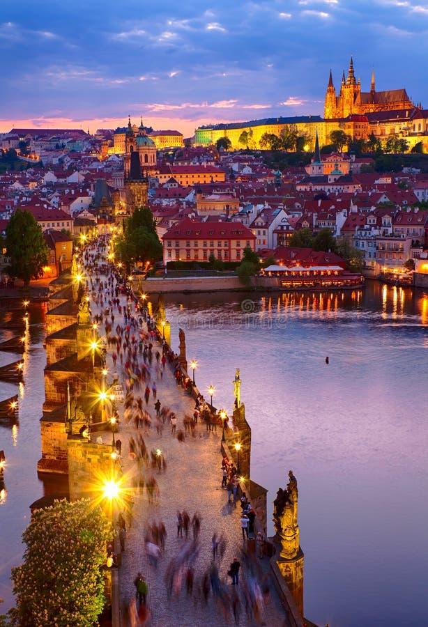 Opinião o castelo e o Charles Bridge de Praga imagens de stock royalty free