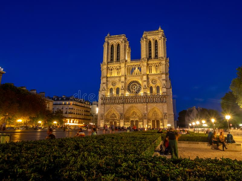Opinião o Notre famoso Dame Cathedral na noite foto de stock