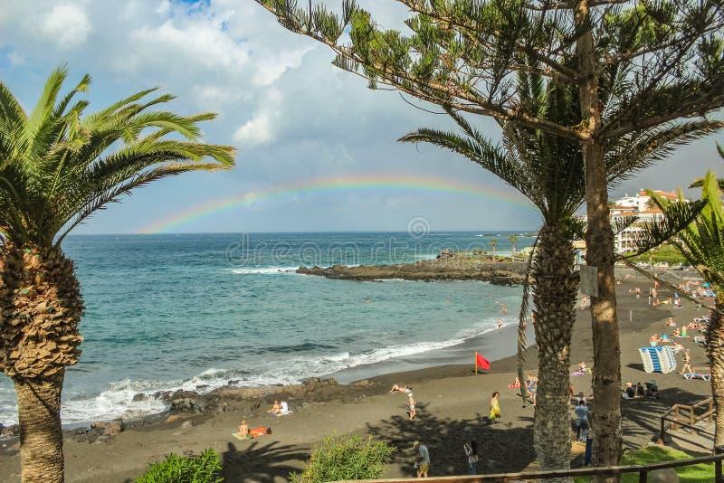 Opinião o Playa de la Arena e arco-íris sobre o mar, o fenômeno da natureza, cores brilhantes no arco-íris e céu nebuloso fotos de stock royalty free