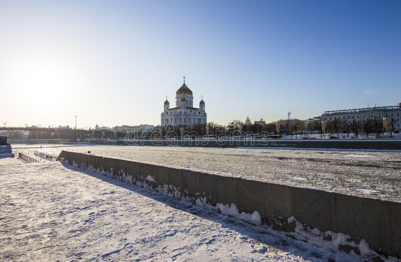 Opinião o rio de Moskva e o Cristo o dia de inverno da catedral do salvador, Moscou, Rússia imagens de stock