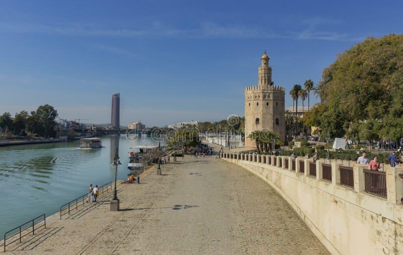 Opinião o Torre del Oro de Sevilha no rio de Guadalquivir fotos de stock